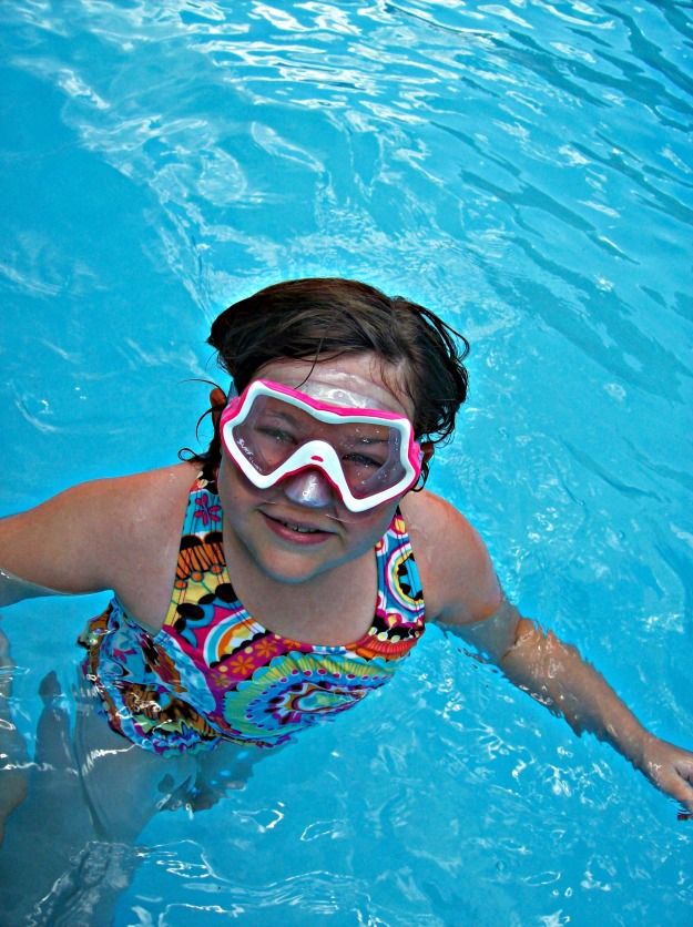 Swimmy mask on Kid in pool